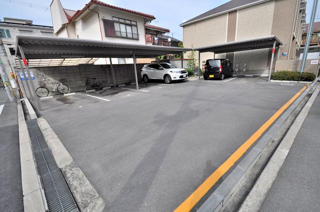 プレベール小路東 敷地内にある駐車場。愛車が目の届く所に置けると安心ですよね。