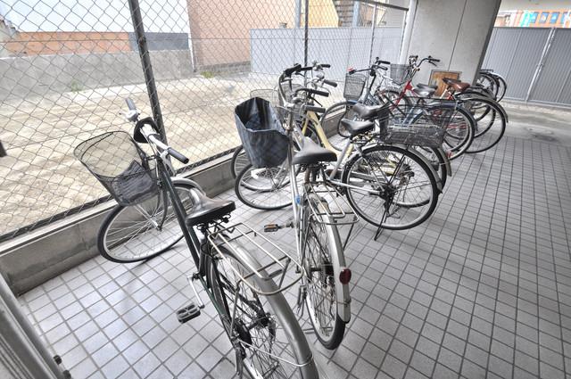 モード布施 屋内にある駐輪場は大切な自転車を雨から守ってくれます。