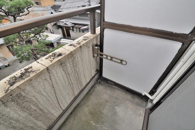 東大阪市上小阪4丁目の賃貸マンション 単身さんにちょうどいいサイズのバルコニー。洗濯機も置けます。