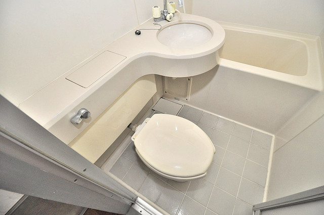 小若江ハイツ 清潔感のある爽やかなトイレ。誰もがリラックスできる空間です。