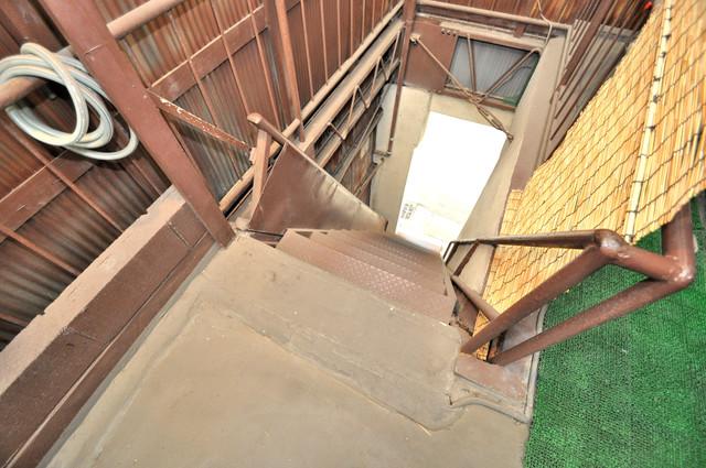 ハイツ大前 2階に伸びていく階段。この建物にはなくてはならないものです。