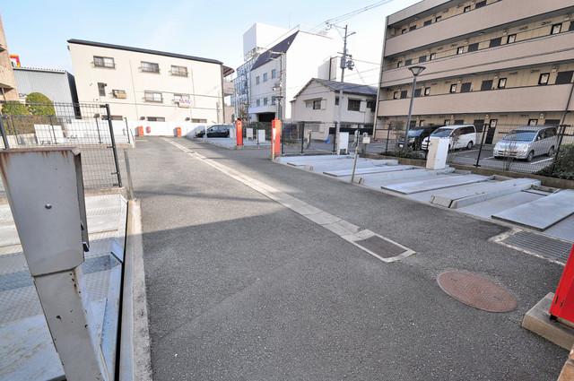 ポルト巽 敷地内にある駐車場。愛車が目の届く所に置けると安心ですよね。
