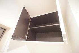 https://image.rentersnet.jp/b5038d7c-bc20-47a9-86bb-d6717ddcec96_property_picture_2987_large.jpg_cap_洗濯機置き場上部の棚