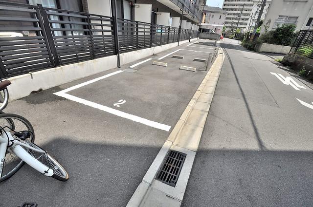 フローライト長瀬 敷地内にある駐車場。愛車が目の届く所に置けると安心ですよね。