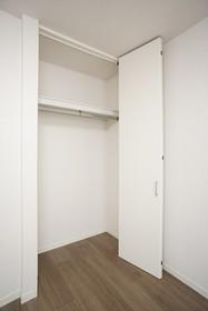 洋室には天井高のクローゼット