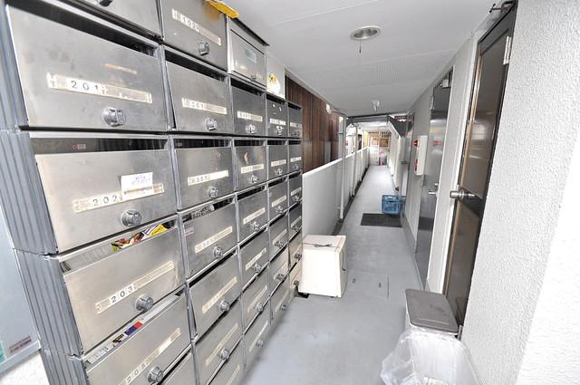 金沢ビル エントランス内にある各部屋毎のメールボックス。