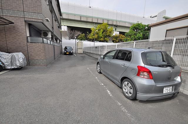 ハイウッズナガタ 敷地内にある駐車場。愛車が目の届く所に置けると安心ですよね。