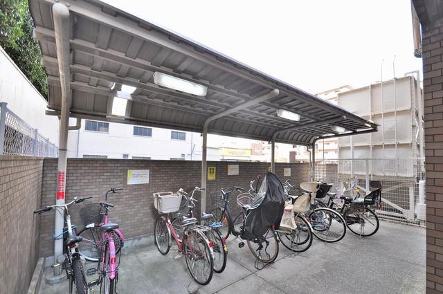 豊都ビル 敷地内にある専用の駐輪場。雨の日にはうれしい屋根つきです。