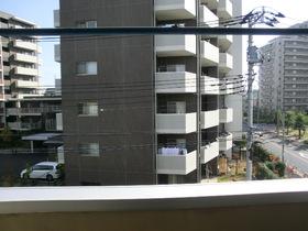 バルコニーからの景色でございます。正面にマンションがございますが、向かい合っていないので安心です☆