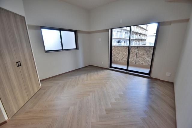 PHOENIX Clove Tomoi 朝には心地よい光が差し込む、このお部屋でお休みください。