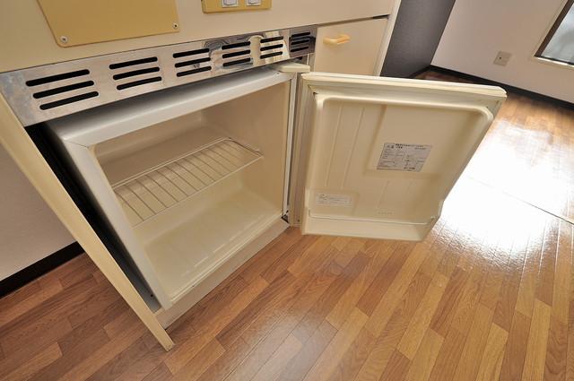YOUハイム寿Ⅱ番館 キッチンの下にはかわいいミニ冷蔵庫付きです。得した気分です