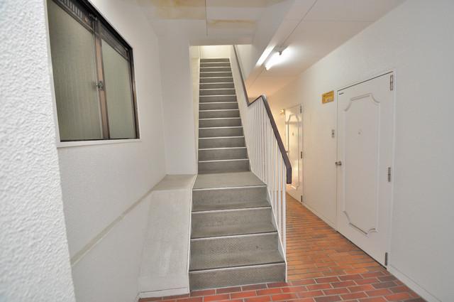 サンライフ布施 2階に伸びていく階段。この建物にはなくてはならないものです。