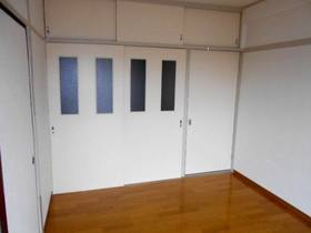 DKとの間の引戸を閉めた状態の洋室