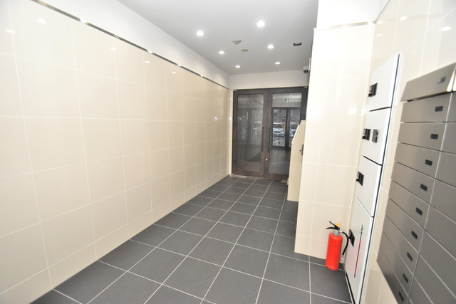 U-ro鶴橋駅前 玄関まで伸びる廊下がきれいに片づけられています。