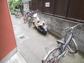 バイクも置けるゆとりの駐輪場!