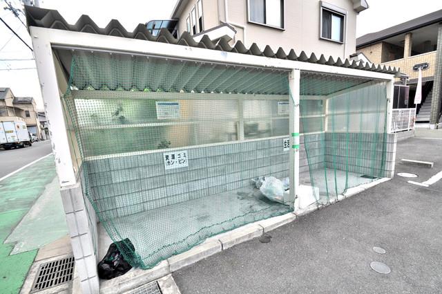 アルベージュ八戸ノ里Ⅰ番館 朝が弱い方でも安心夜でも出せる嬉しい敷地内ゴミ置き場。