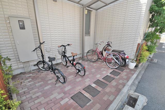 カーサビアンコ 敷地内にある専用の駐輪場。雨の日にはうれしい屋根つきです。