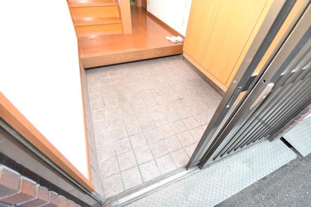 大蓮南2-18-9 貸家 玄関口が大きいので、とても解放感があります。
