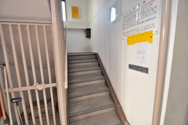 プレアール菱屋西 この階段を登った先にあなたの新生活が待っていますよ。