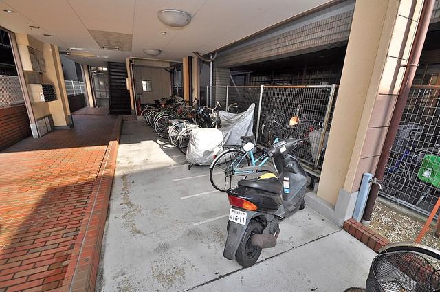 メゾンポエム 屋内にある駐輪場は大切な自転車を雨から守ってくれます。