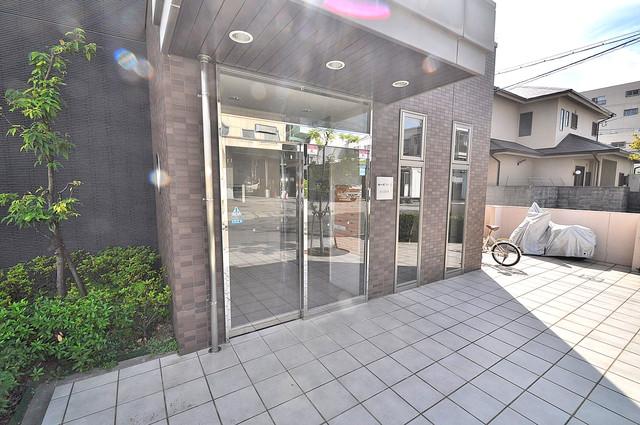 セーズコート高井田 玄関前の共有部分。周辺はいつもキレイに片付けられています。