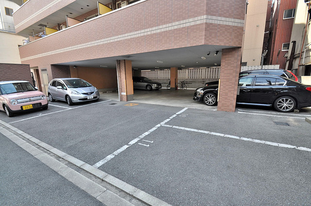 M'プラザ今里弐番館 敷地内にある駐車場。愛車が目の届く所に置けると安心ですよね。