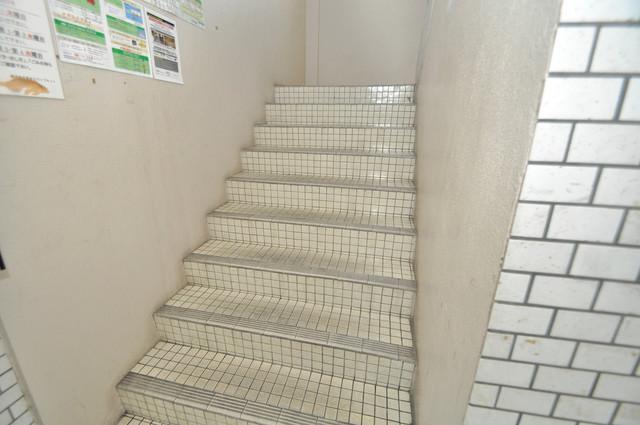 日の出コーポ 2階に伸びていく階段。この建物にはなくてはならないものです。