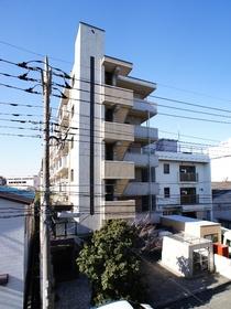 青空に映えるタイル張りマンション