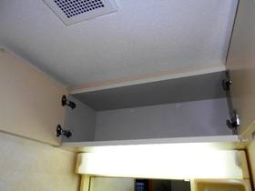 洗面台上部の収納棚