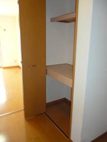 https://image.rentersnet.jp/bceecb52-f8f7-4c8b-8a34-8b278d1e375b_property_picture_957_large.jpg_cap_廊下にも大きな荷物をしっかり片付けられますよ♪