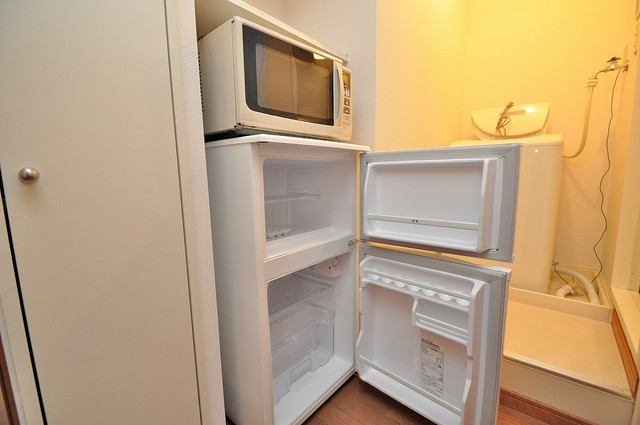 レオパレス今津 冷蔵庫も確保。キッチンのすぐ横だから使いやすい。