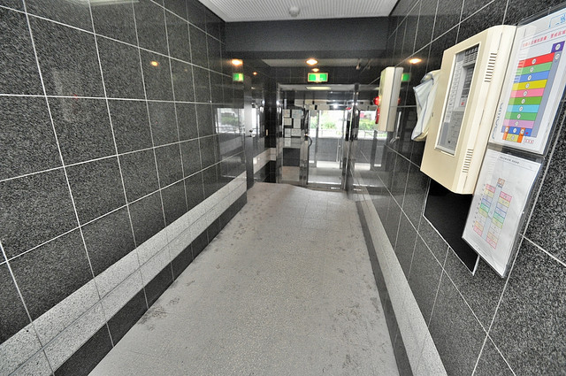 清洲プラザ高井田 奥行きのある広いロビーはいつも綺麗に片づけられています。