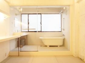 ガラス張りのバスルームは存在感アリ♪カーテンレール付なので、隠すこともできます♪