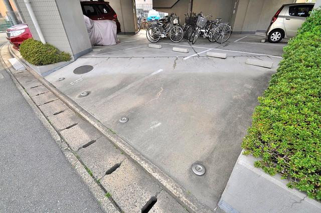 ファースト・ネット 敷地内にある駐車場。愛車が目の届く所に置けると安心ですよね。