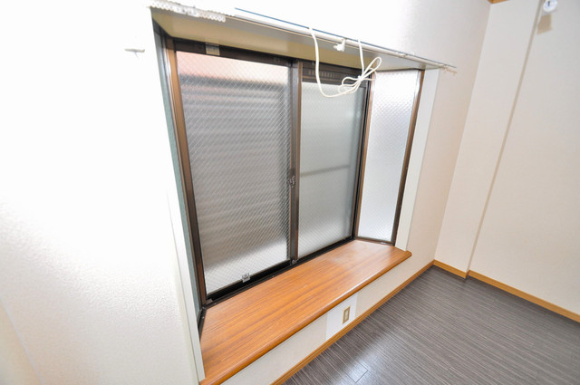 アリタマンション長瀬 オシャレな大きな出窓が魅力です。テレビも置けそうですね。