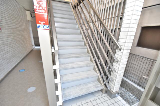 クレイノアズール 2階に伸びていく階段。この建物にはなくてはならないものです。
