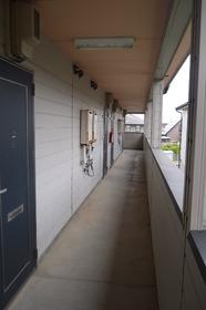 https://image.rentersnet.jp/be4fe03427f2ae2121e71b6eaa59f242_property_picture_2419_large.jpg_cap_共用部廊下