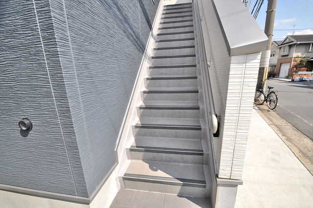 ドゥエマーニ楠根 2階に伸びていく階段。この建物にはなくてはならないものです。