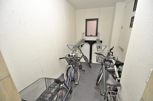 ルシード小阪 屋内にある駐輪場は大切な自転車を雨から守ってくれます。