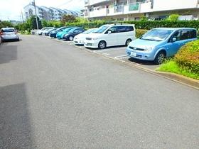 エステート鶴牧10号棟駐車場