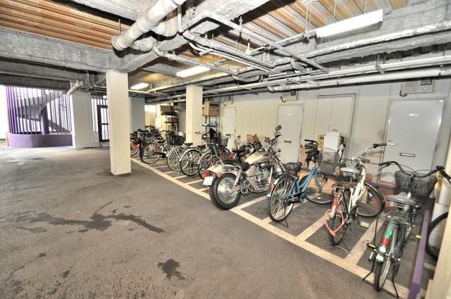 サクセス永和 屋内にある駐輪場は大切な自転車を雨から守ってくれます。