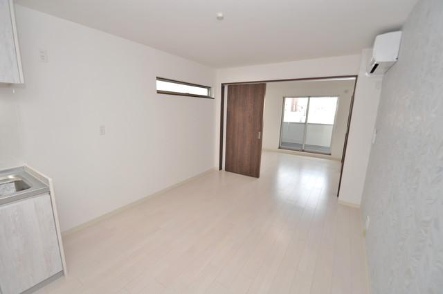 ラモーナ巽北Ⅱ 白を基調としたリビングはお部屋の中がとても明るいですよ。
