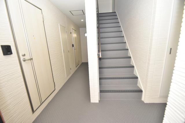 クリエオーレ巽中Ⅰ 玄関まで伸びる廊下がきれいに片づけられています。