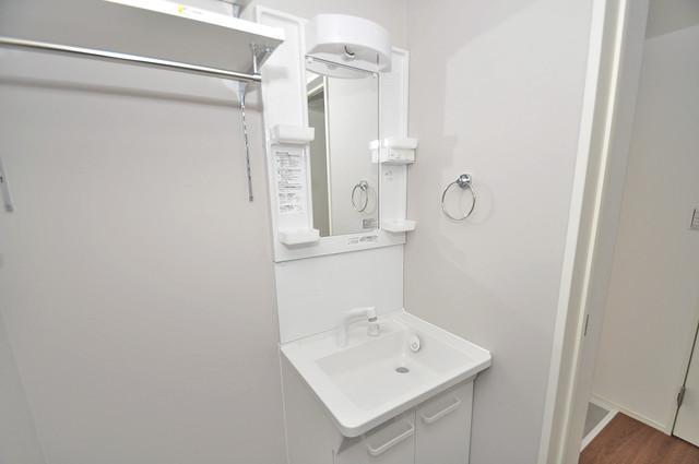 アネシス小路 独立した洗面所には洗濯機置場もあり、脱衣場も広めです。