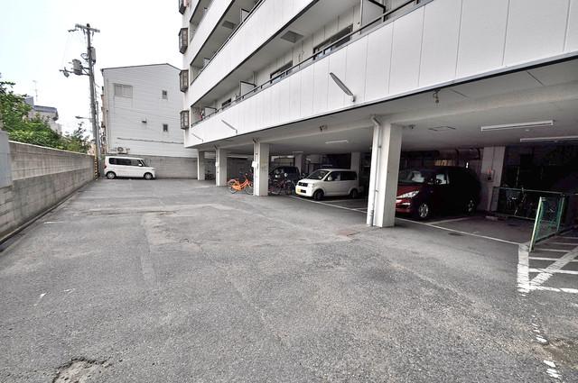 マンションサンパール 敷地内にある駐車場。愛車が目の届く所に置けると安心ですよね。