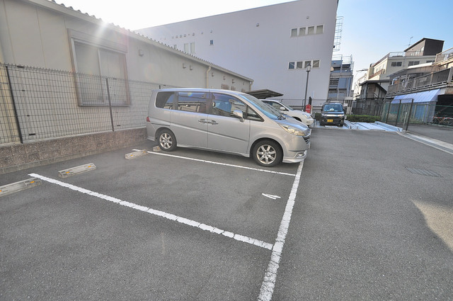 CASSIA高井田SouthCourt 敷地内にある駐車場。愛車が目の届く所に置けると安心ですよね。
