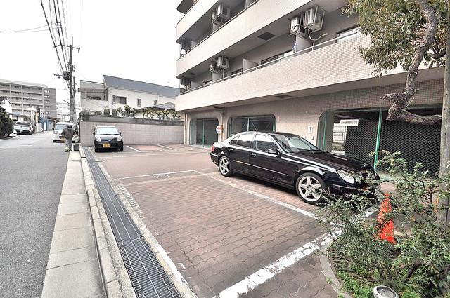 オルゴグラート長田 敷地内にある駐車場。愛車が目の届く所に置けると安心ですよね。
