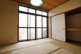 照明付きの和室。