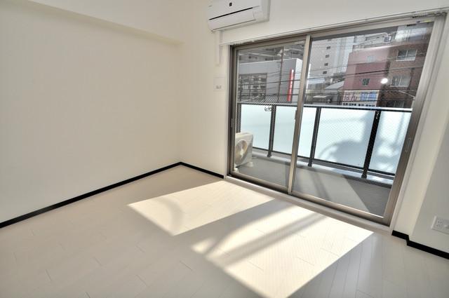 JPレジデンス大阪城東Ⅱ 白を基調としたリビングはお部屋の中がとても明るいですよ。