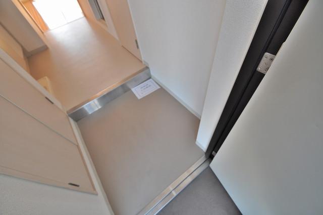 八戸ノ里HIROビル 素敵な玄関は毎朝あなたを元気に送りだしてくれますよ。